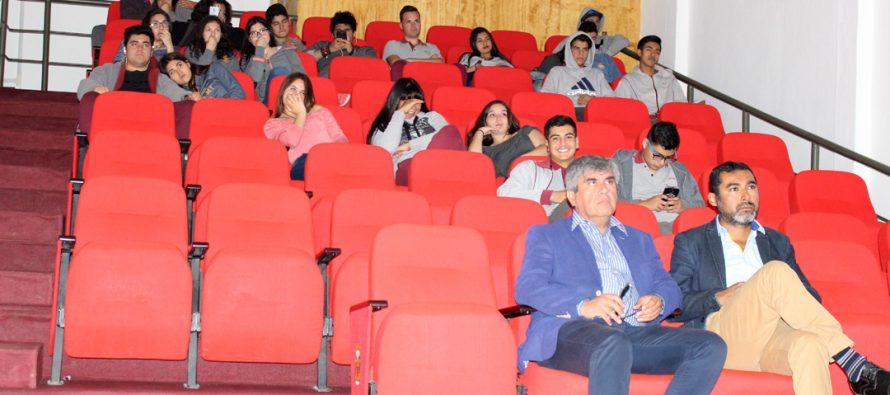 """Programa Escuela al Cine cierra un ciclo en Vicuña con film """"Blanca Oscuridad"""""""