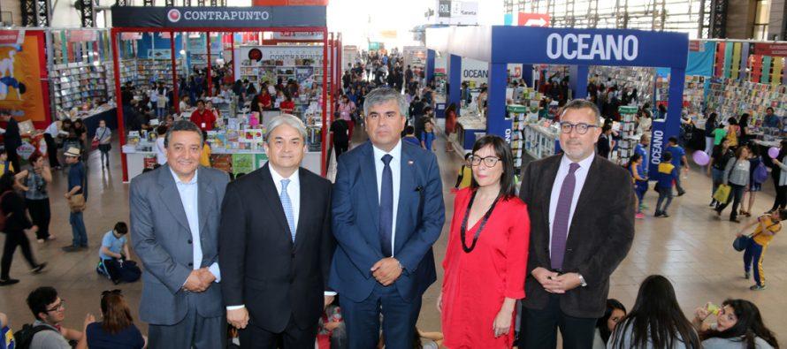 Vicuña firma convenio con Cámara Chilena del Libro para potenciar Feria del Libro 2018