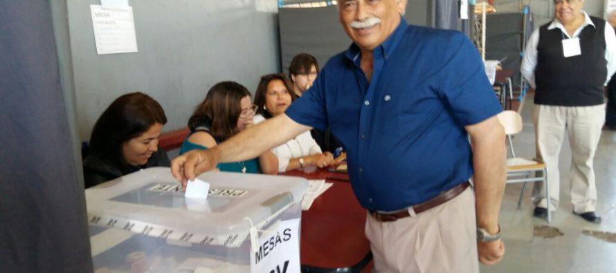 Alcalde Roberto Jacob emitió su voto e hizo un llamado a participar del proceso eleccionario