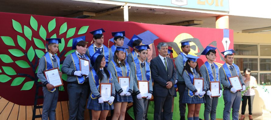 Con emoción estudiantes de la escuela Joaquín Vicuña vivieron su graduación de 8vo básico