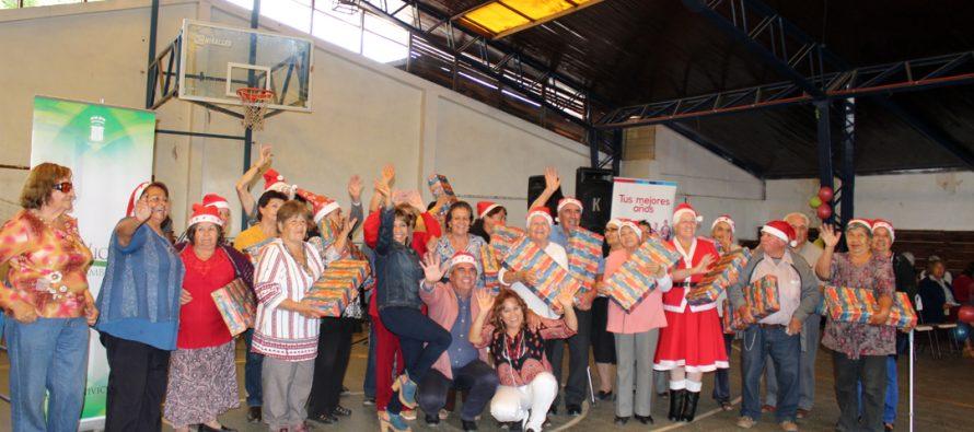 Adultos mayores de Vicuña vivieron su fiesta de navidad en el gimnasio techado