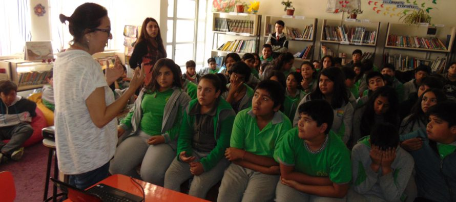 Estudiantes participan en charla de prevención de violencia en el pololeo