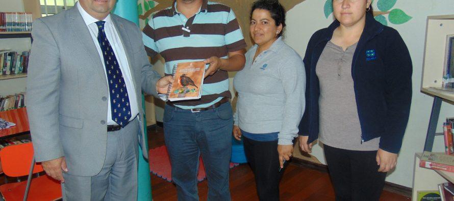 Profesionales de la Universidad Católica y Agricom hacen entrega de manual de campo sobre especies nativas