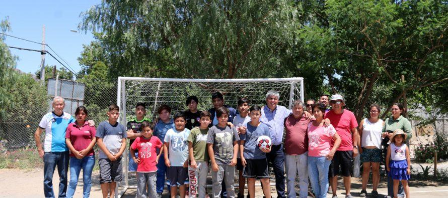 Niños y jóvenes del sector oriente de la comuna de Vicuña recibieron indumentaria deportiva