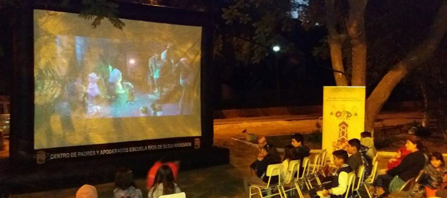 Vecinos de El Tambo disfrutaron de cine familiar en plaza de la localidad