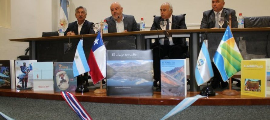 Gobierno Regional entrega libros de autores regionales a la biblioteca de la legislatura de San Juan