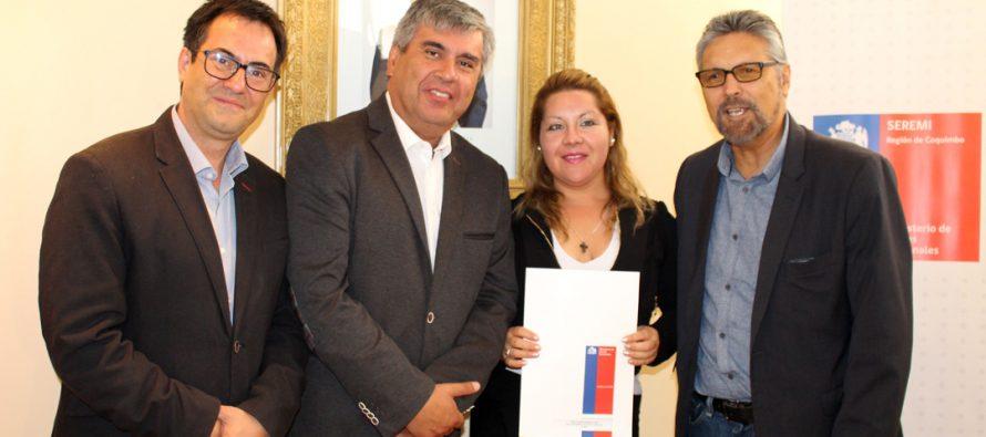 """Mediante el Programa """"Un Pedacito de Chile"""" se entregó el título de dominio a 15 familias elquinas"""
