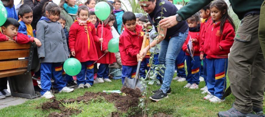 Con la presencia de niños y niñas de diversos jardines se celebró en Vicuña el Día del Árbol