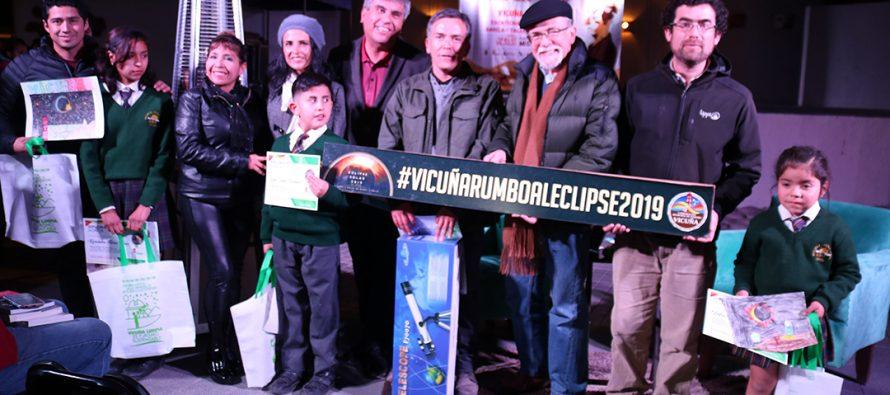 Premian a los ganadores de concurso de dibujo escolar para crear logo de eclipse solar en Vicuña