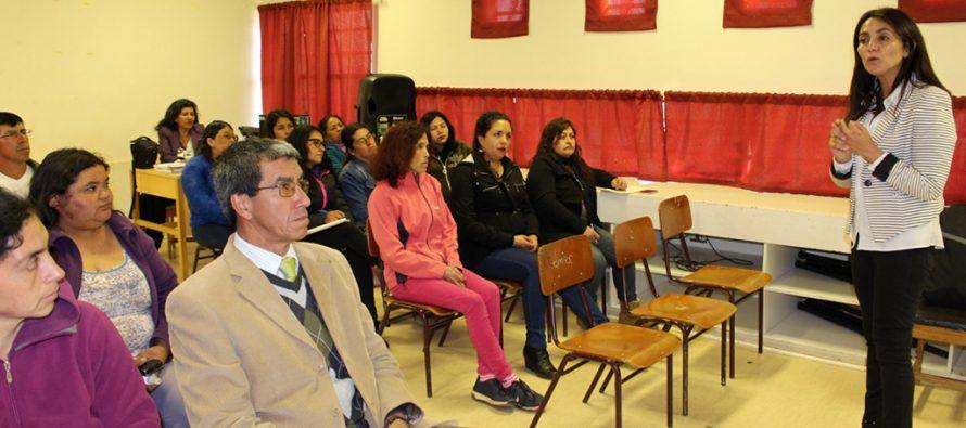 Apoderados de Escuela de Gualliguaica reciben orientación de cómo postular a sus hijos a colegios