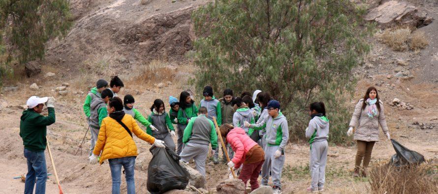 Ante una gran presencia estudiantil se realizó la limpieza del mirador Cerro de la Virgen de Vicuña
