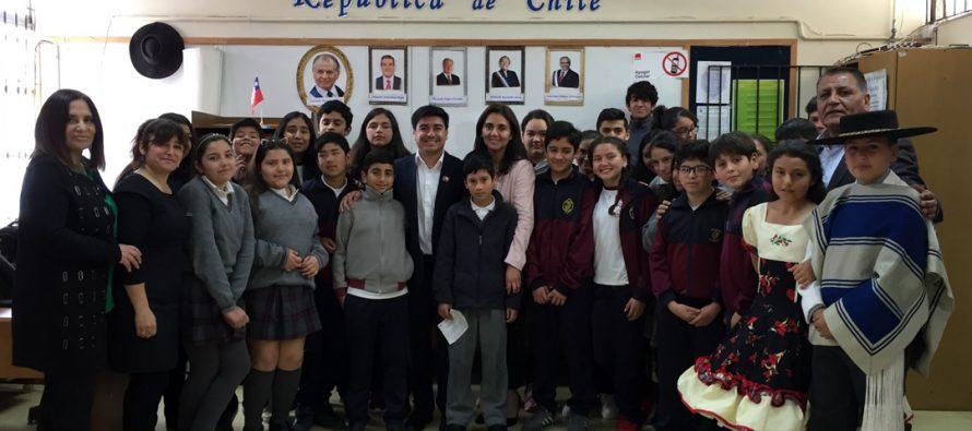 Alumnos de Escuela Lucila Godoy Alcayaga  debaten sobre democracia y derechos sociales