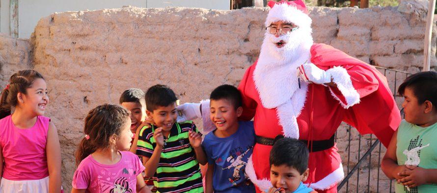 Con alegría niños y niñas de la comuna de Vicuña reciben sus regalos de Navidad