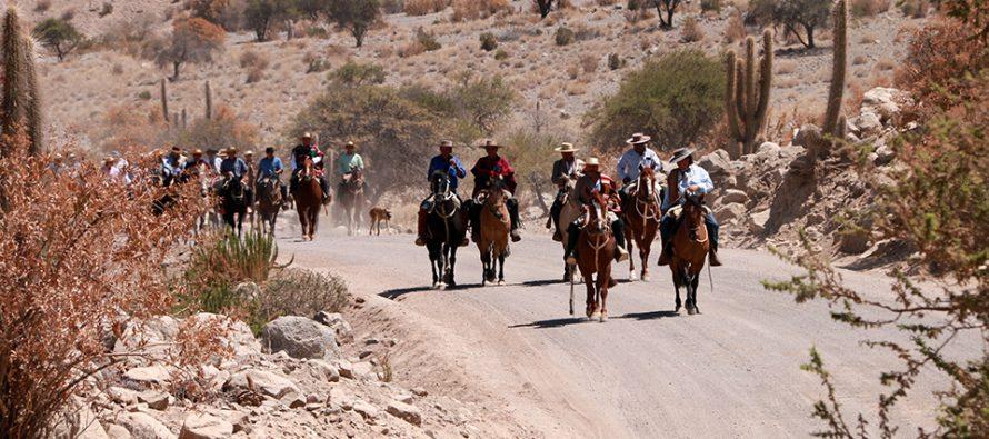 Huasos y gauchos realizan la undecima Cabalgata a la Difunta Correa en la Ruta Antakari