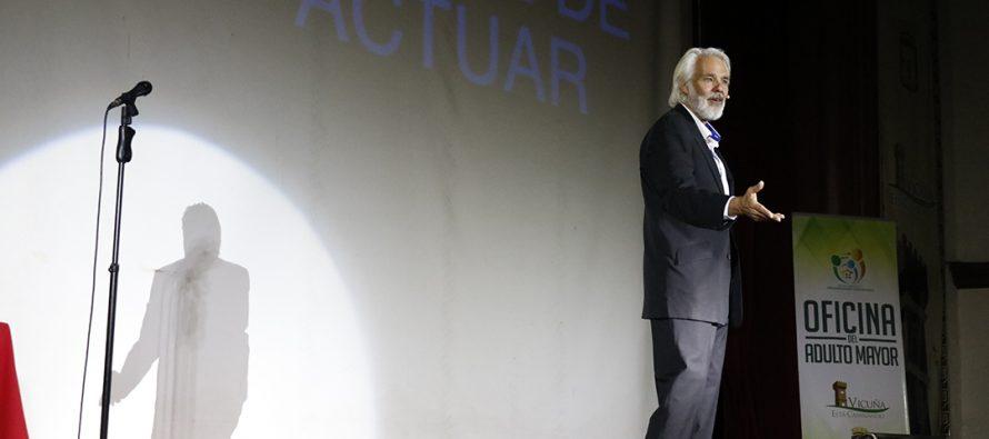 """Con mucha risa y reflexiones el actor Fernando Kliche presentó su obra """"Vive la vida"""""""