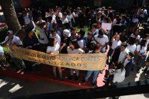 Liceanos se movilizan ante la no renovación de contrato de 2 profesionales del establecimiento