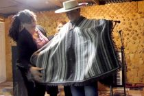 """""""El Chapilcano"""" cuenta con característico poncho hecho por las Tejedoras de Chapilca"""