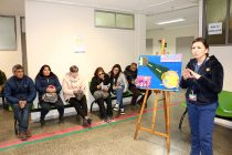 Pacientes aprenden a cuidar su visión para el eclipse en plena sala de espera