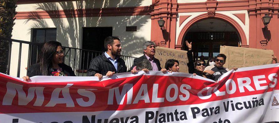 Autoridades y vecinos de Vicuña protestan en Aguas del Valle por los malos olores de su planta
