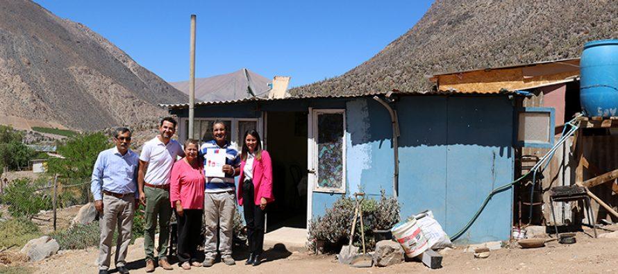 Con gran felicidad vecino de Rivadavia recibe su título de dominio