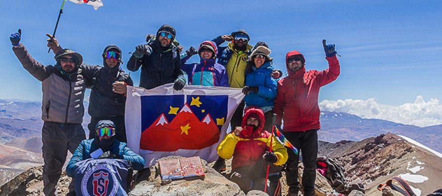 En la cima del Cerro Las Tórtolas se instala la décima y última placa con poemas de Gabriela Mistral