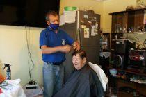 Entregan servicio gratuito de peluquería a adultos mayores que se encuentran en cuarentena