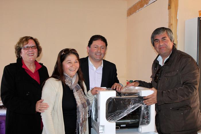 Photo of Vecinos de Villa La Gloria en Vicuña reciben implementación para su sede social