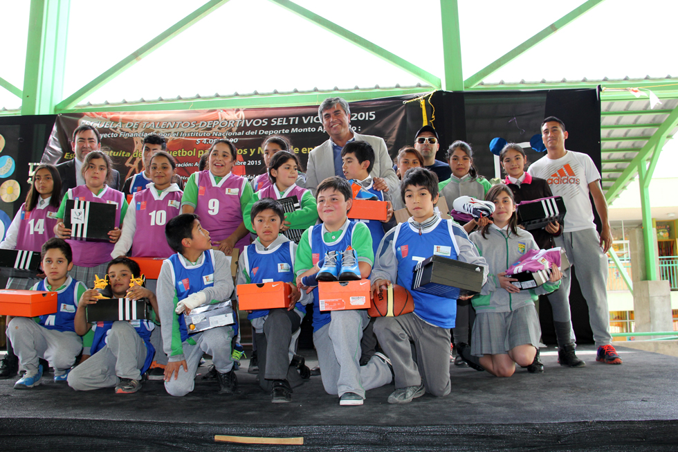 Photo of Incentivan la práctica del básquetbol en Peralillo con entrega  de indumentaria deportiva