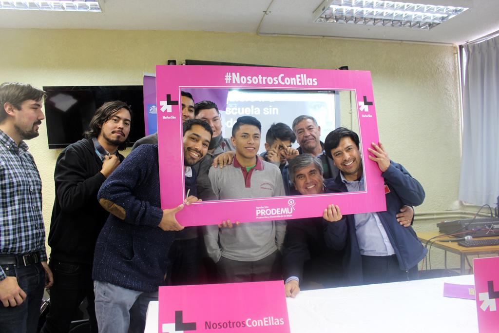 Photo of Estudiantes de Vicuña firman compromiso  con la campaña He For She /Nosotros con Ellas