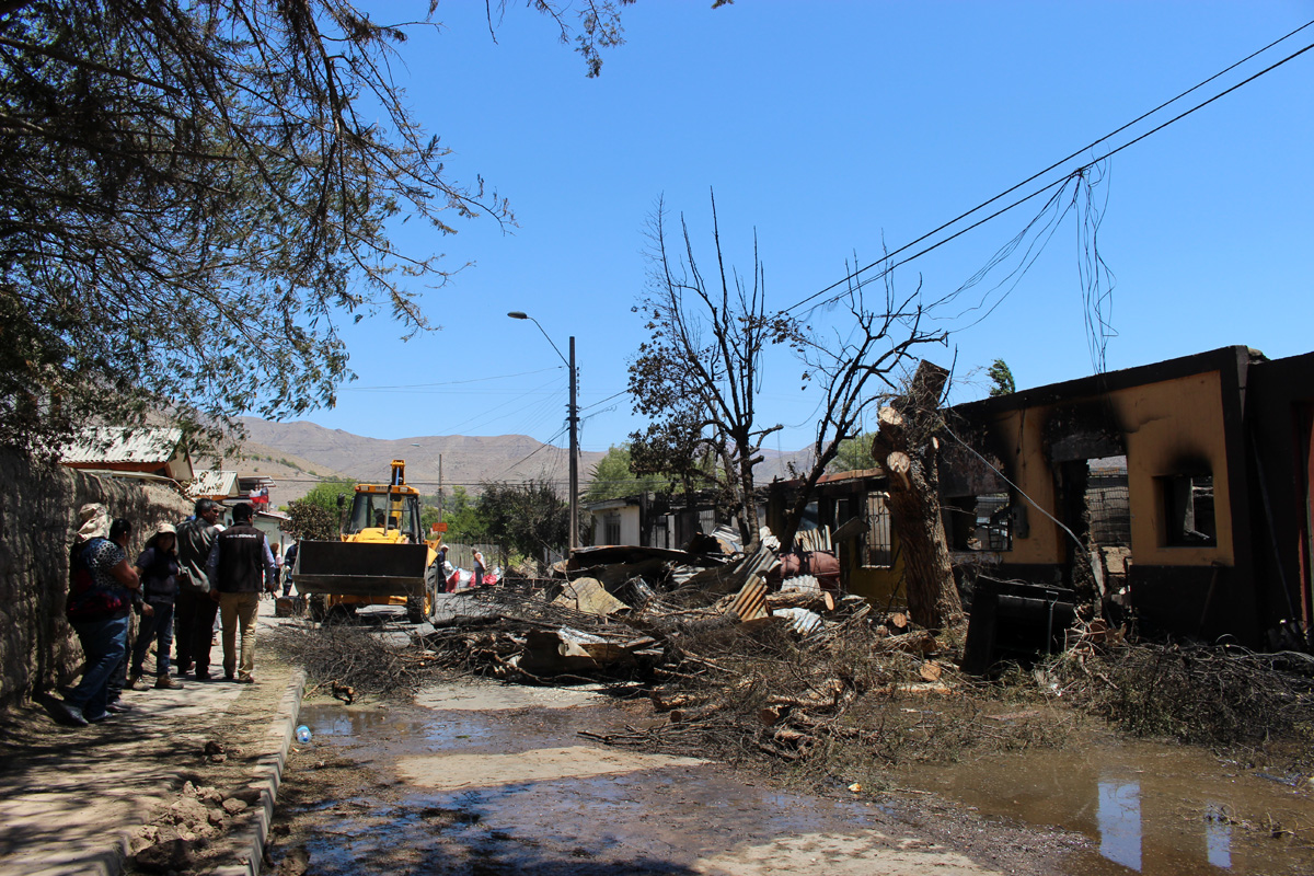 Photo of Director regional del SERVIU visitó a las familias afectadas por el incendio en Vicuña