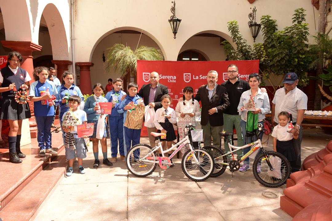 Photo of Premian a escolares La Estrella, Saturno, Altovalsol, Almirante Latorre tras novedoso diseño de adornos navideños
