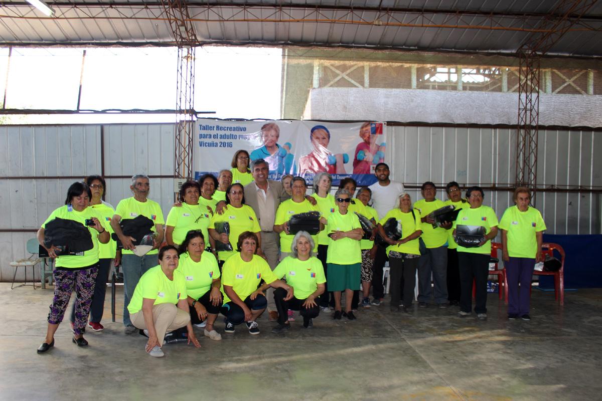 Photo of Adultos mayores de Vicuña recibieron implementos para sus prácticas deportivas