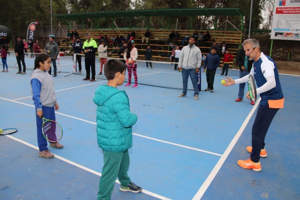 Photo of Horacio  de la Peña realizó una clínica de tenis en remozada cancha municipal de Vicuña