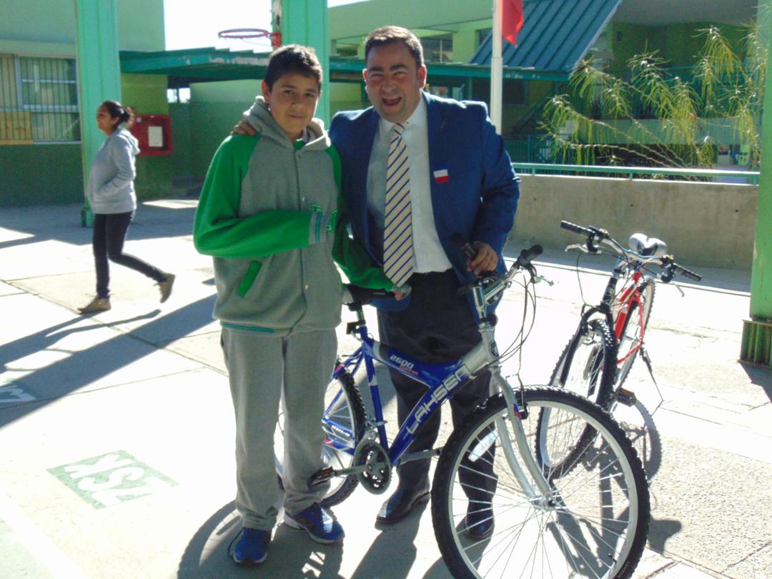 Photo of Dos de los mejores estudiantes de la escuela Edmundo Vidal Cárdenas reciben una bicicleta de regalo