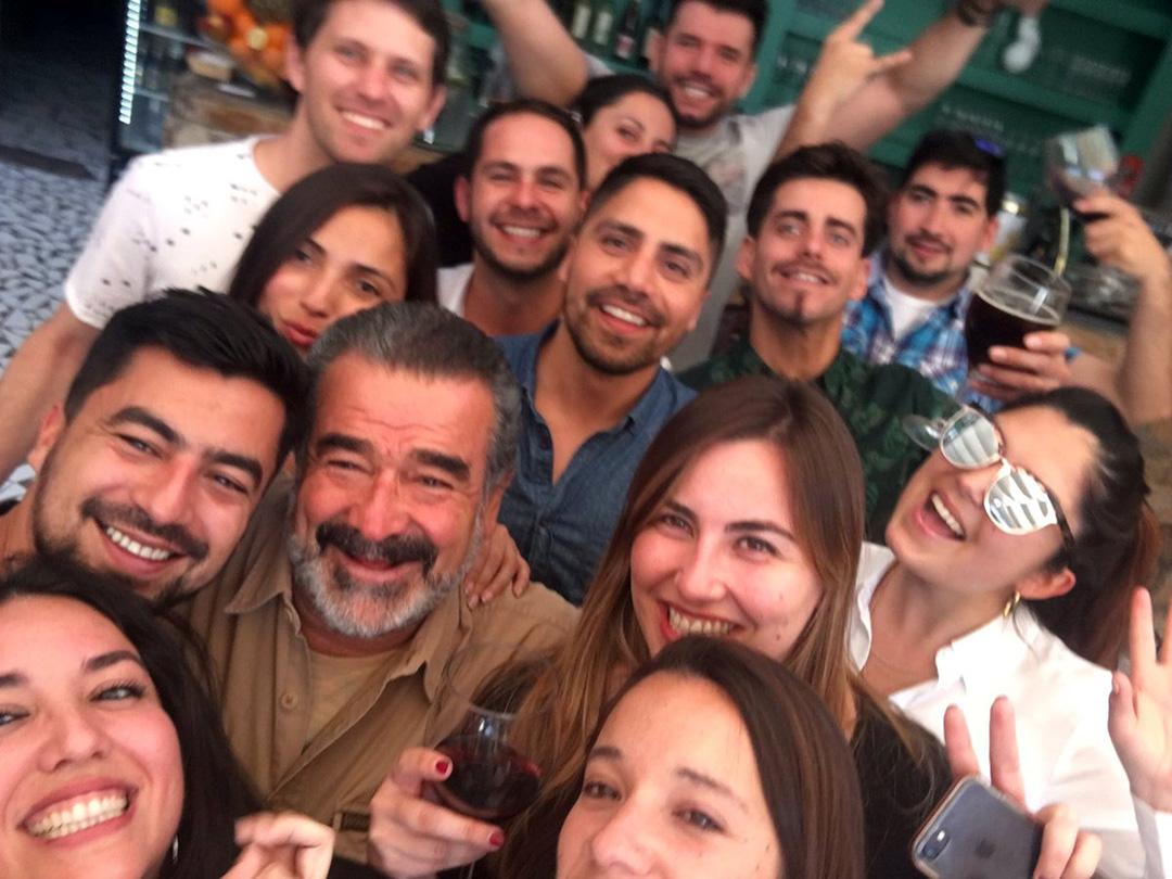 Photo of Luksic cumple promesa y se junta a tomar piscolas con un grupo de jóvenes en Pisco Elqui