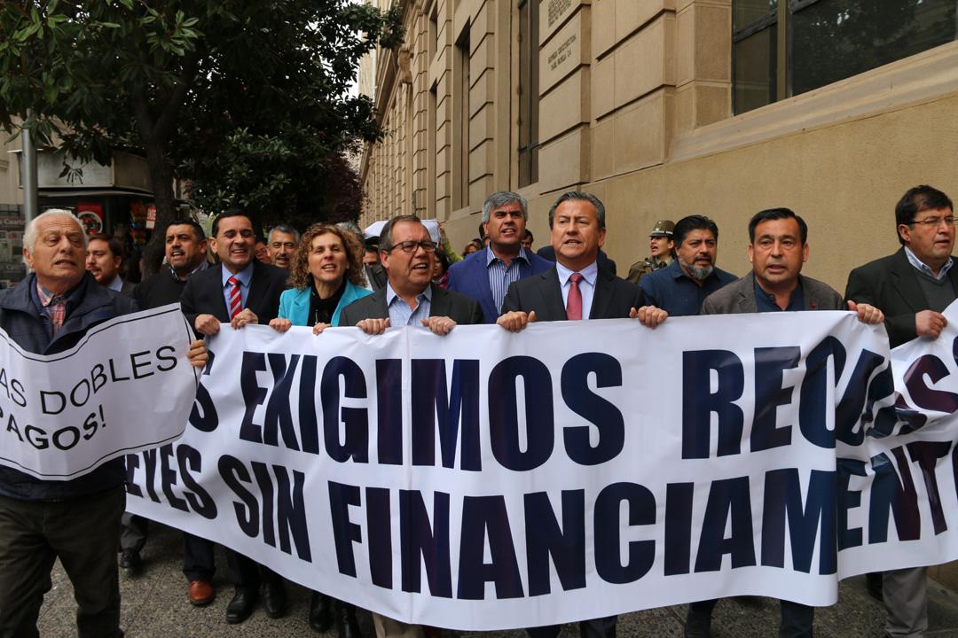 Photo of Alcaldes de todo el país realizaron marcha por presupuestos en Santiago