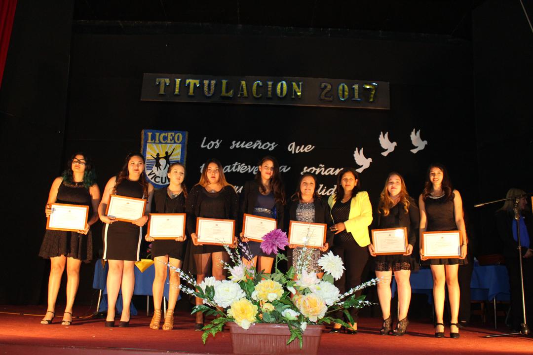 Photo of Jóvenes del liceo Carlos Mondaca Cortés de Vicuña reciben su título de especialidades