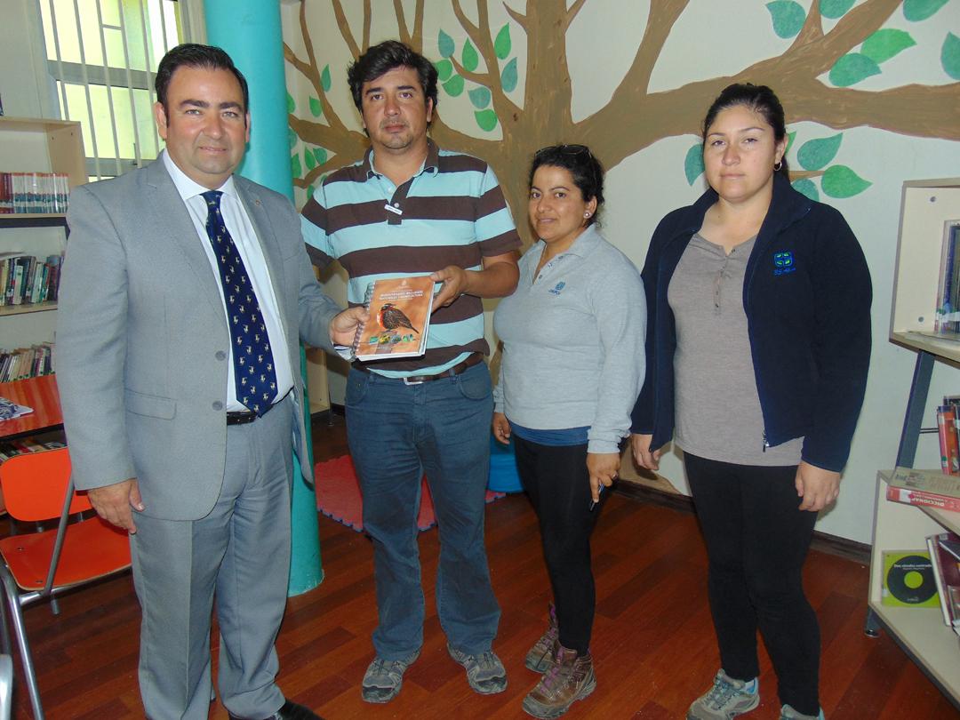 Photo of Profesionales de la Universidad Católica y Agricom hacen entrega de manual de campo sobre especies nativas