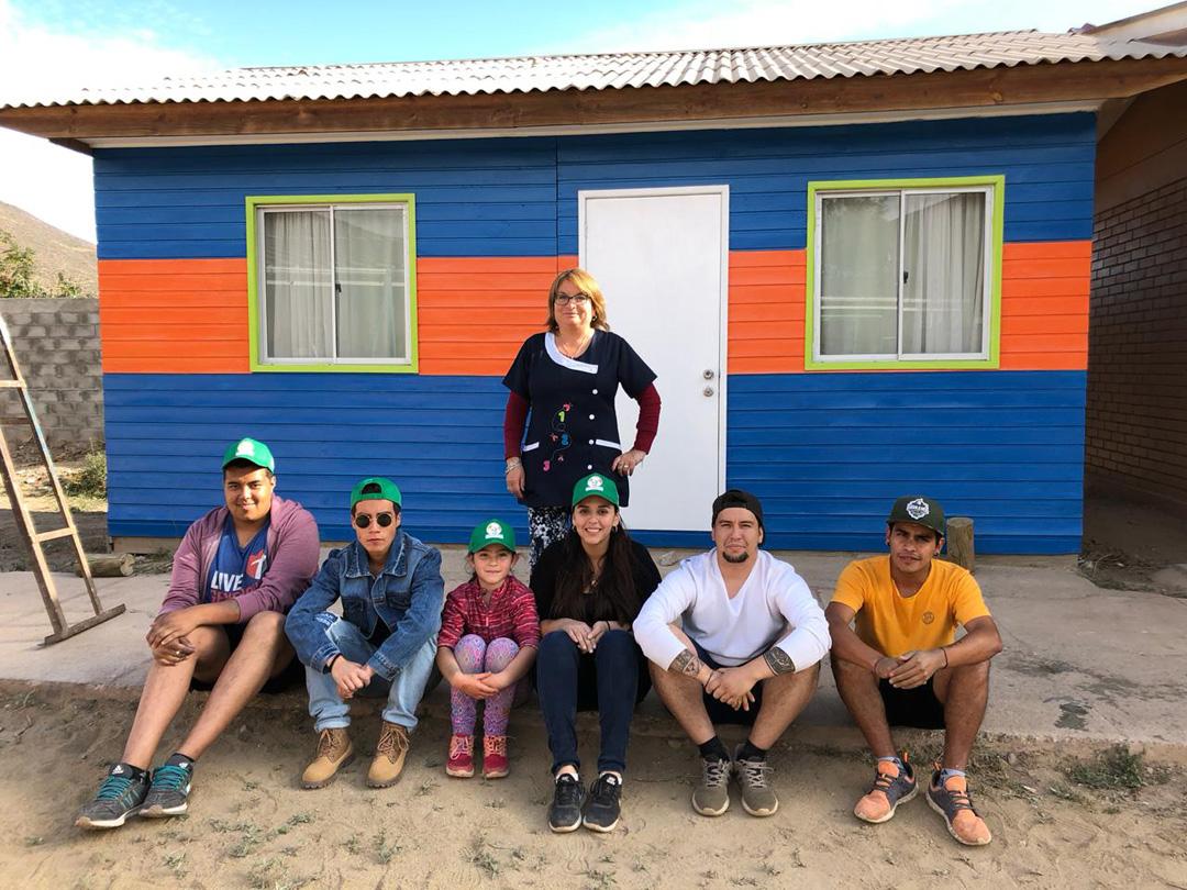 Photo of Jóvenes voluntarios y apoderados trabajan en dar una nueva cara a la escuela de Marquesa