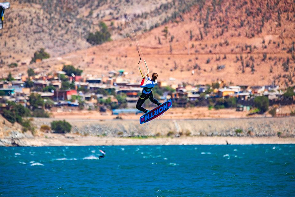 """Photo of 9.9 metros logró elevarse la kitesurfista chilena Andrea Mery convirtiendo  el """"Kite Girl Day 2019"""" en todo un espectáculo sudamericano"""