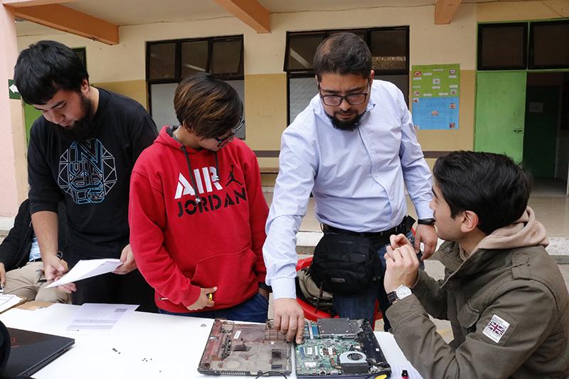 Photo of Alumnos de liceo de Vicuña y comunidad pudieron arreglar computadores y tablet