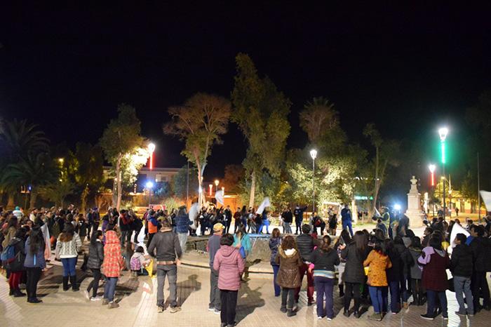 Photo of Cerca de 200 personas se manifestaron por cacerolazo organizado por profesores en la plaza de Vicuña