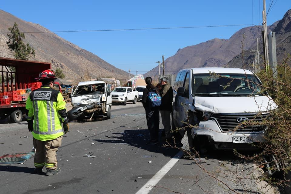 Photo of Fuerte choque vehicular se registró en el cruce que une las comunas de Vicuña y Paihuano