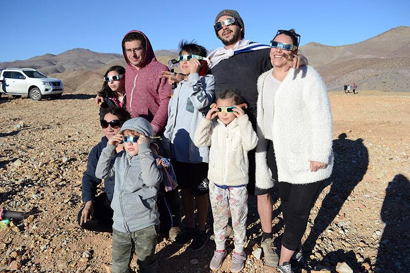 Photo of Cientos de personas llegaron hasta la ruralidad de La Serena a ver el eclipse total de Sol