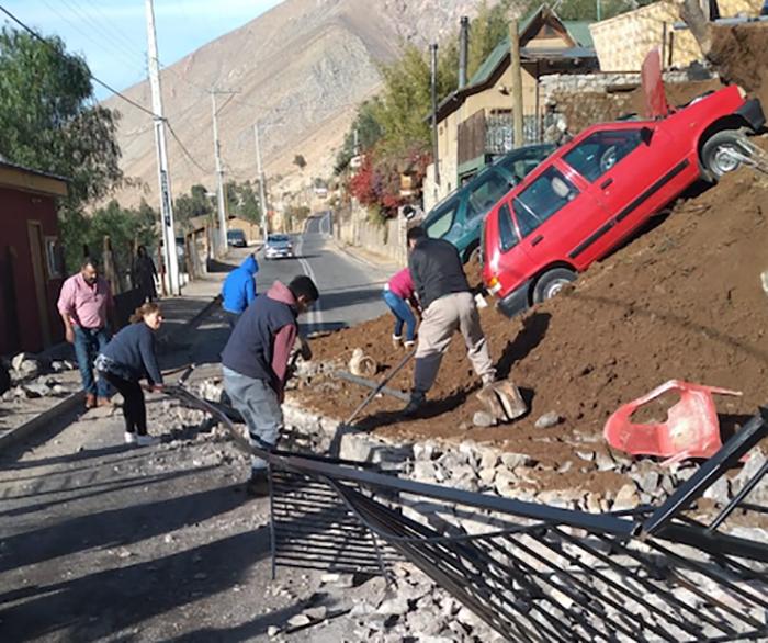 Photo of Dos vehículos fueron arrastrados por un derrumbe en Pisco Elqui